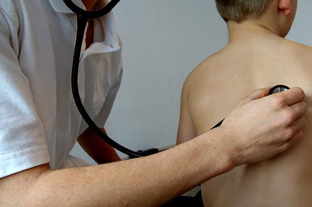 Męczący, suchy kaszel u dziecka. Przyczyny i sposoby leczenia